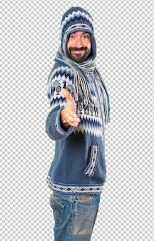 取引を行う冬服を持つ男