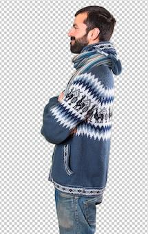 横探している冬服を持つ男