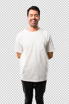 白いシャツを持つ若い男は面白いとクレイジーな顔の感情になります