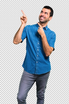 Красивый мужчина в синей рубашке, указывая указательным пальцем отличная идея