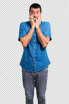 Красивый мужчина в синей рубашке немного нервничает и напуган