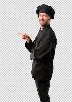 黒の制服を着た横向きに指を指し、横位置で製品を提示