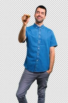 大きな鉛筆を保持している青いシャツを持つハンサムな男