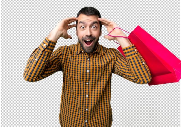 驚きとショックを受けた表情で買い物袋を持つ男