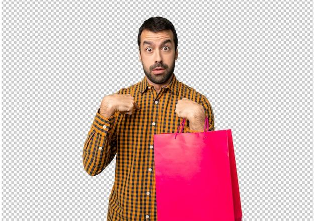 驚きの表情で買い物袋を持つ男