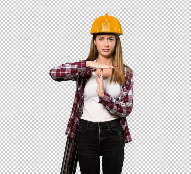 建築家の女性作るタイムアウトジェスチャー