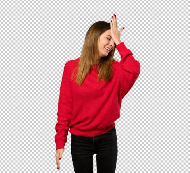 赤いセーターを持つ若い女性は何かを実現し、解決策を目指しています