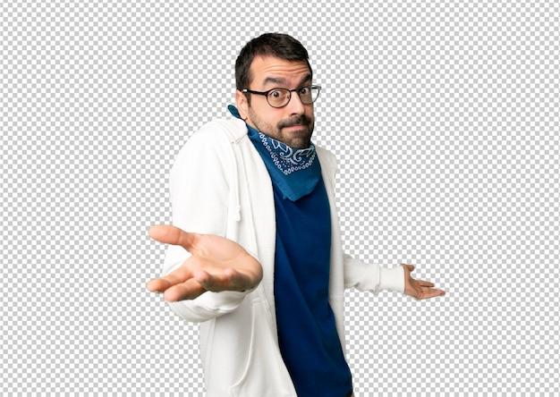 肩を持ち上げながら重要でないジェスチャーを作るメガネでハンサムな男