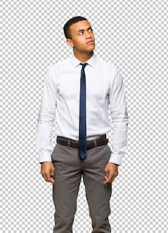 Молодой афро-американский бизнесмен, глядя с серьезным лицом