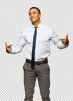 Молодой афро американский бизнесмен гордый и самодовольный в любви себя концепция