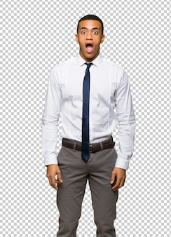 Молодой афро американский бизнесмен с удивлением и шокирован выражением лица