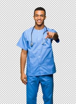 Хирург-врач мужчина показывает пальцем на вас с уверенным выражением лица