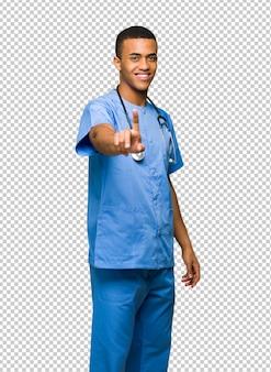 Хирург доктор человек, показывая и поднимая палец
