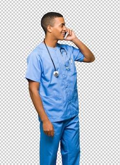 携帯電話との会話を続ける外科医医師男