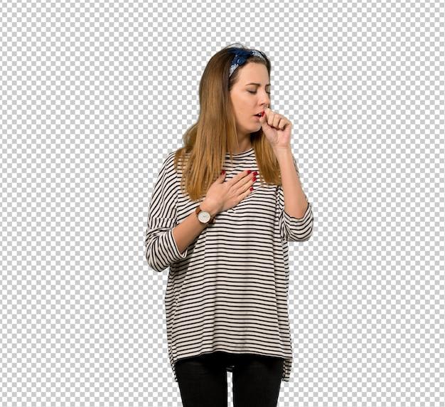 Молодая женщина в платке страдает от кашля и плохо себя чувствует