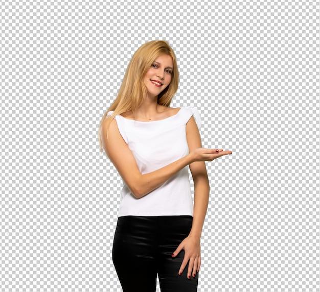 Молодая белокурая женщина представляя идею пока смотрящ усмехающся к