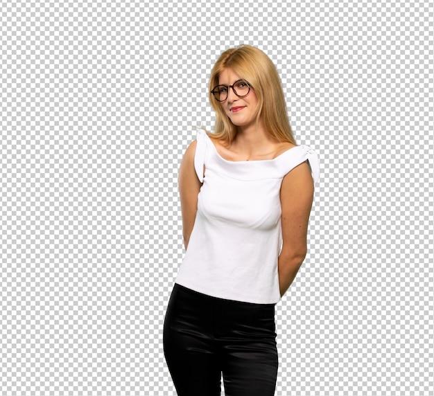 Молодая блондинка с очками и счастливым