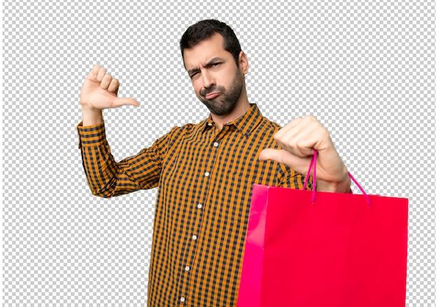 誇りを持って自分自身の概念を愛するのに満足している買い物袋を持つ男