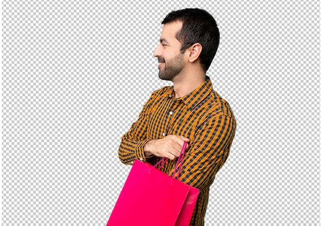 横位置に買い物袋を持つ男