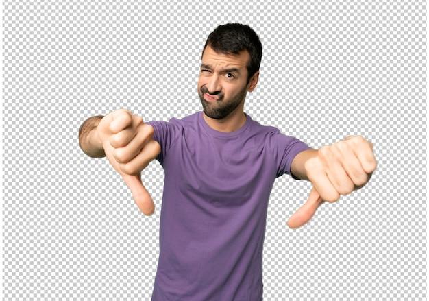 Красивый мужчина показывает большой палец вниз обеими руками