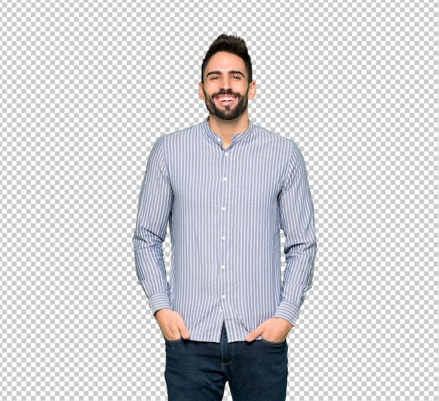 Элегантный мужчина в рубашке много улыбается, положив руки на грудь