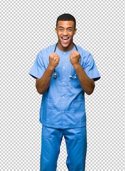 Хирург доктор человек празднует победу в положении победителя