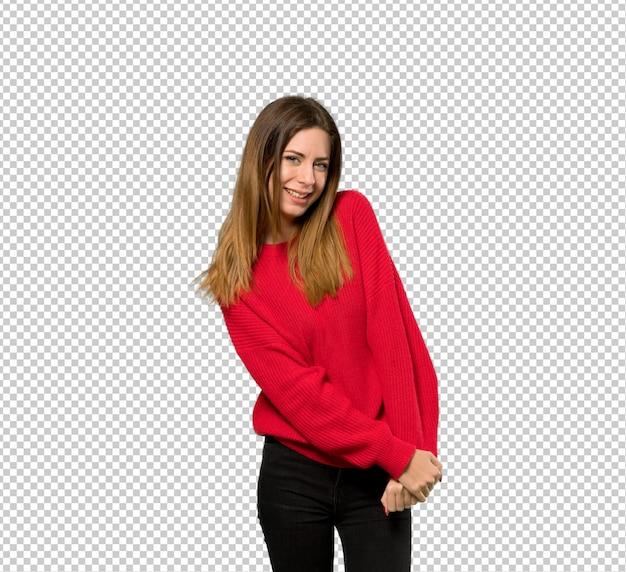 赤いセーターを笑顔で若い女性