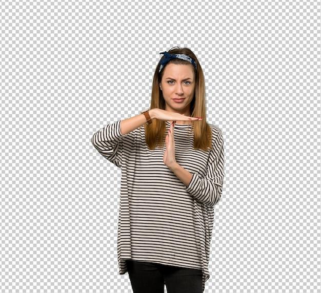 タイムアウトのジェスチャーを作るスカーフを持つ若い女