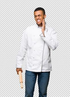歯痛を持つ若いアフロアメリカンシェフ男