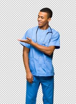 Человек доктора хирурга представляя идею пока смотрящ усмехающся к