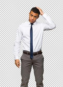 Молодой афро-американский бизнесмен с выражением разочарования и непонимания