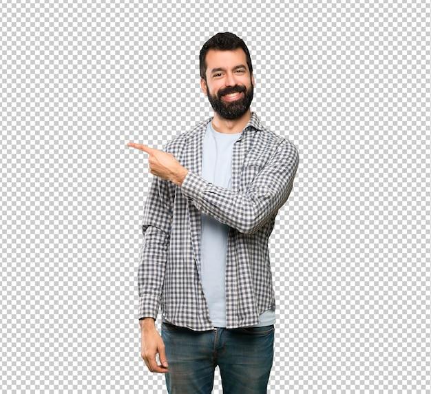 製品を提示する側を指しているひげを持つハンサムな男