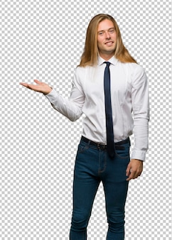笑顔に向かって見ながらアイデアを提示する長い髪の金髪の実業家