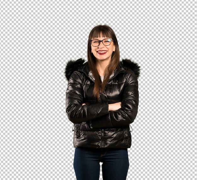 腕を組んで正面位置で眼鏡をかけている女性