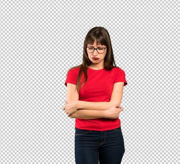 悲しい、落ち込んでいる表情でメガネを持つ女性