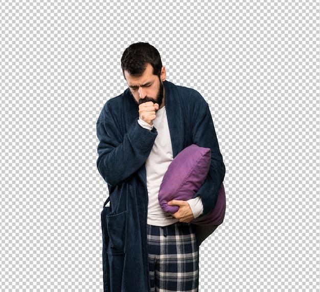 Человек с бородой в пижаме страдает от кашля и плохо себя чувствует