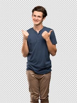Подросток человек, давая пальцы вверх жест и улыбается