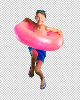 Счастливый ребенок на летних каникулах прыгает
