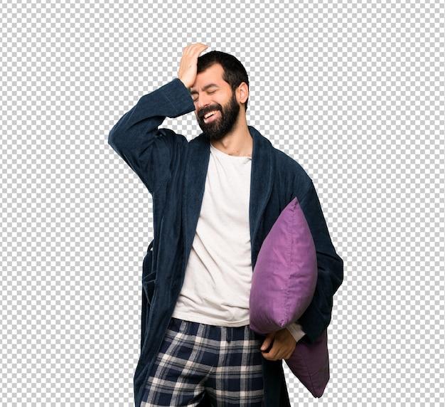 パジャマのひげを持つ男は何かを実現し、解決策を意図
