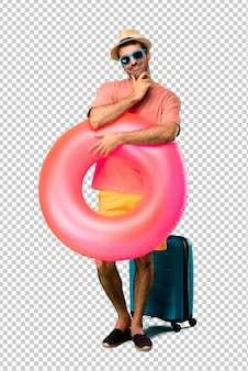 彼の夏休みに甘い表現を浮かべて帽子とサングラスを持つ男