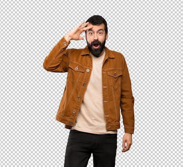 ひげを持つハンサムな男はちょうど何かを実現し、解決策を目指しています