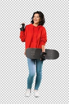 驚きの表情を持つ若いスケーターの女性の全身ショット