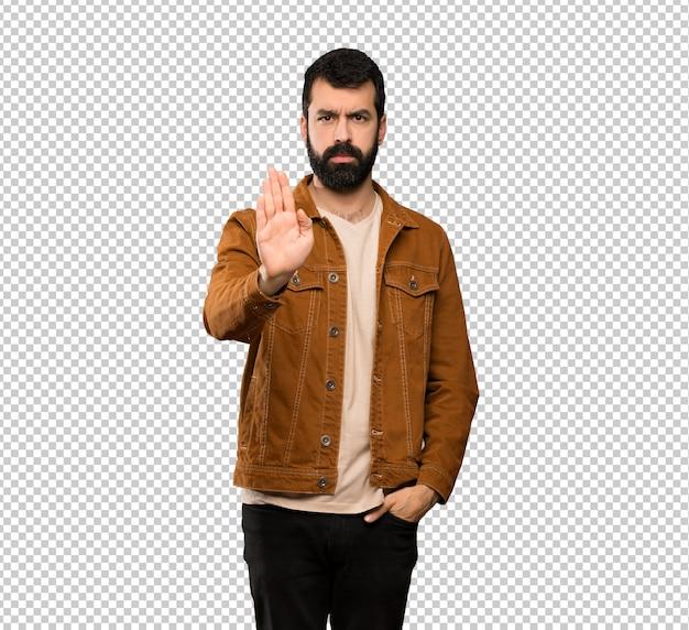 Красивый мужчина с бородой, делая остановки жест