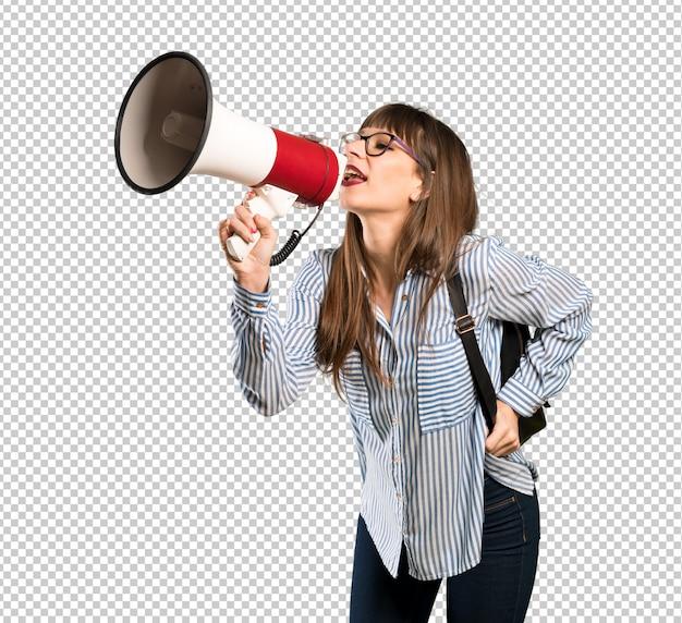 Женщина в очках кричит через мегафон