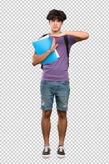 タイムアウトジェスチャーを作る若い学生男