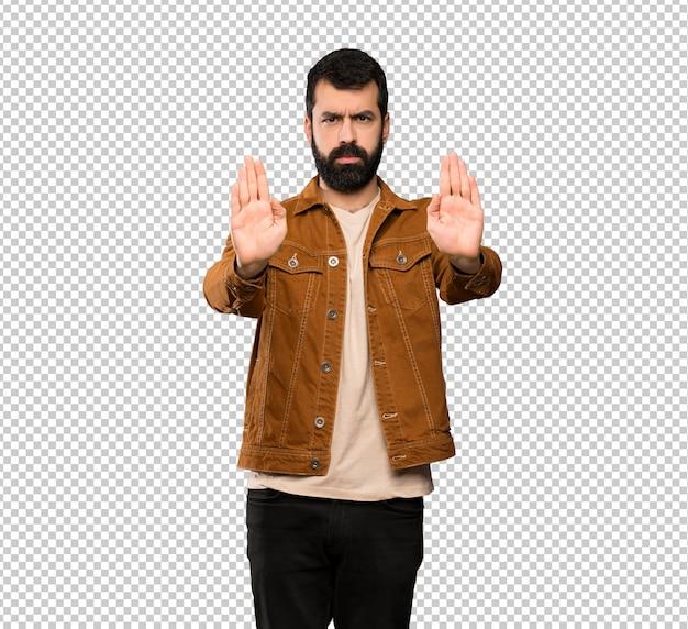 Красивый мужчина с бородой делает жест остановки и разочарован