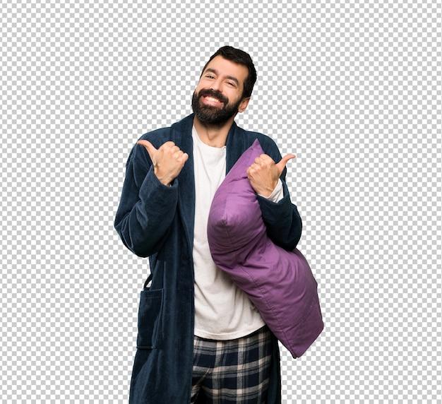 Человек с бородой в пижаме с недурно жест и улыбается