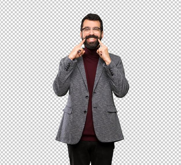 幸せで快適な表情に笑みを浮かべて眼鏡のハンサムな男
