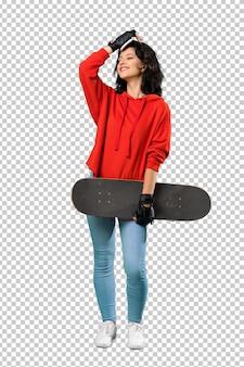 若いスケーターの女性は何かを実現し、解決策を意図している