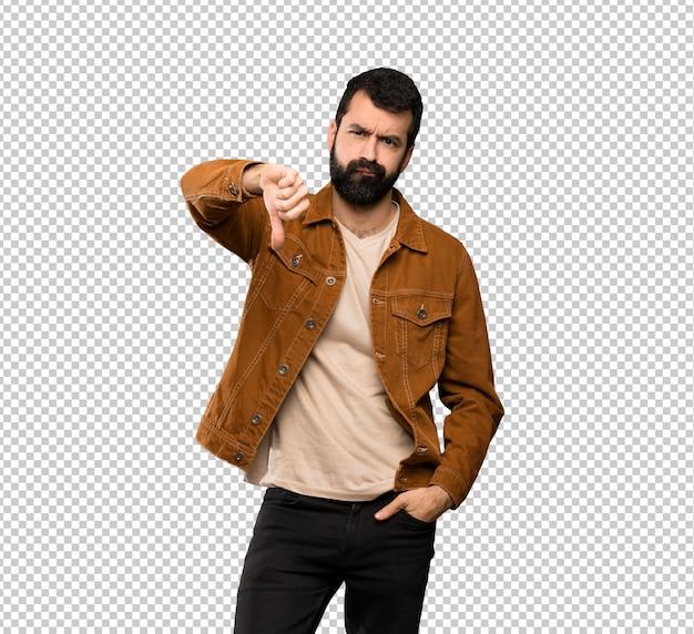 否定的な表現と親指を示すひげを持つハンサムな男